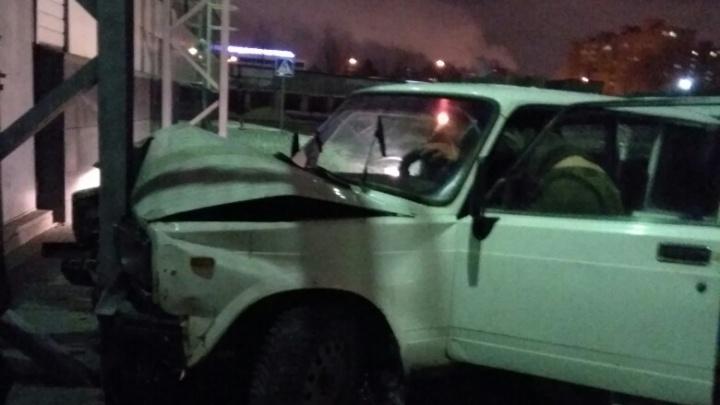 Подростки на «Жигулях» протаранили гипермаркет на Профсоюзной и сбежали