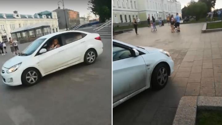 Госавтоинспекторы оштрафовали омичку, которая вчера разъезжала по тротуару Любинского проспекта