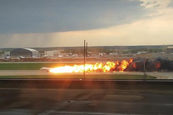 Самолет совершил жесткую посадку и загорелся