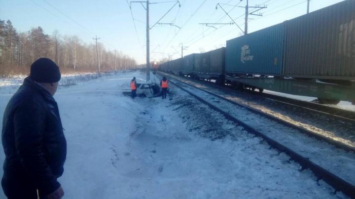Легковушка на скорости влетела в поезд под Заводоуковском. Двое с травмами попали в больницу