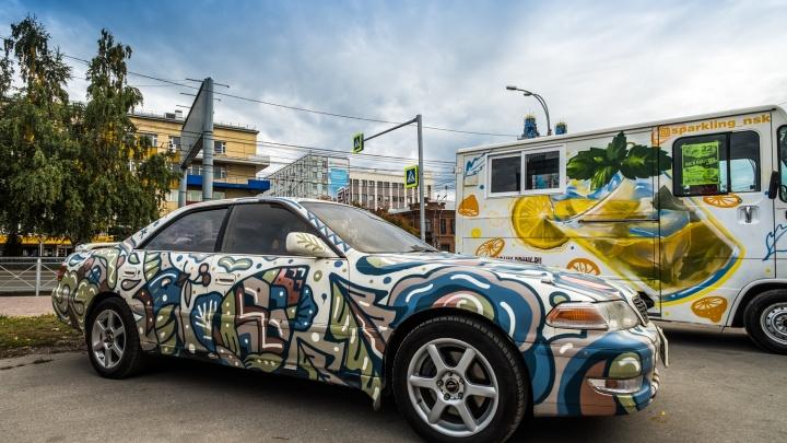 Граффитисты раскрасили троллейбус, бетономешалку и двухэтажную «копейку»