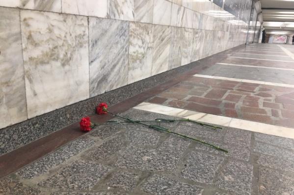 Новосибирцы принесли цветы, чтобы почтить памятьВладимира Веретенникова