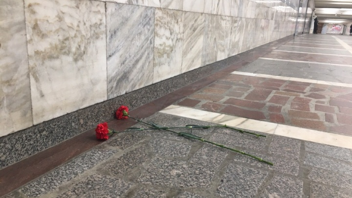 В знак светлой памяти: новосибирцы принесли цветы к месту, где играл дедушка на баяне