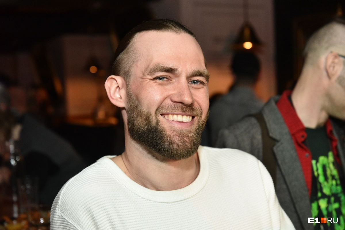 Этот улыбчивый красавец занял второе место в номинации «Голливуд» и к концу вечера лишился бороды