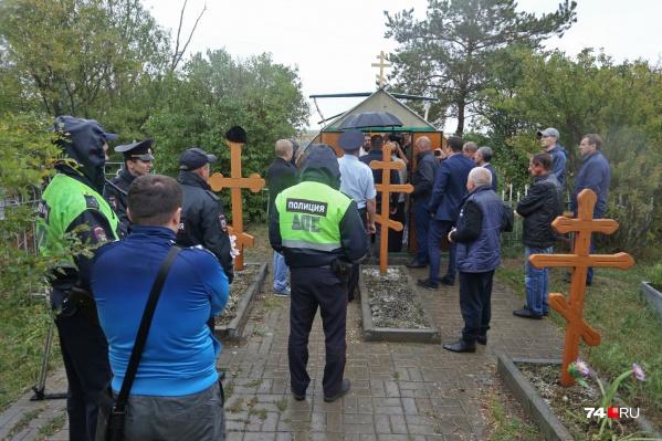 На кладбище с ночи дежурят участковый полиции и сотрудники ГИБДД