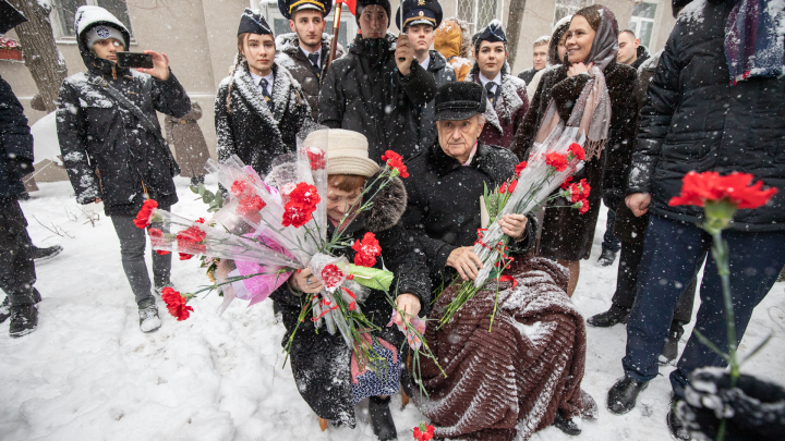 Поздравление с выездом на дом: во дворе освободителя Ростова провели парад
