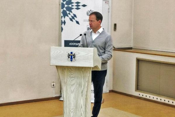 Сегодня же Владимир Мединский подарил новосибирским школам 16 пианино