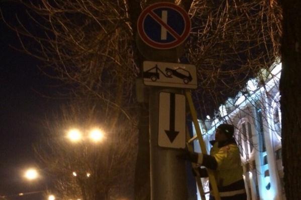 Знаки демонтируют сотрудники «Дорсигнала»