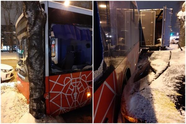 Автобус врезался в дерево и задел «Газель»