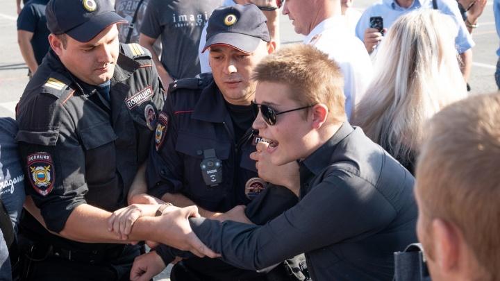 Начальник ГУ МВД по Волгоградской области освободил задержанных протестантов: видео