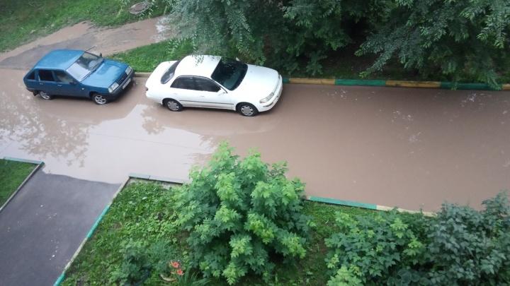 Несколько улиц Красноярска затопило после воскресного дождя. Машины тонули в воде по колеса