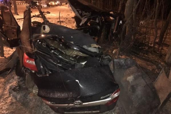 Машина столкнулась со столбом и деревом