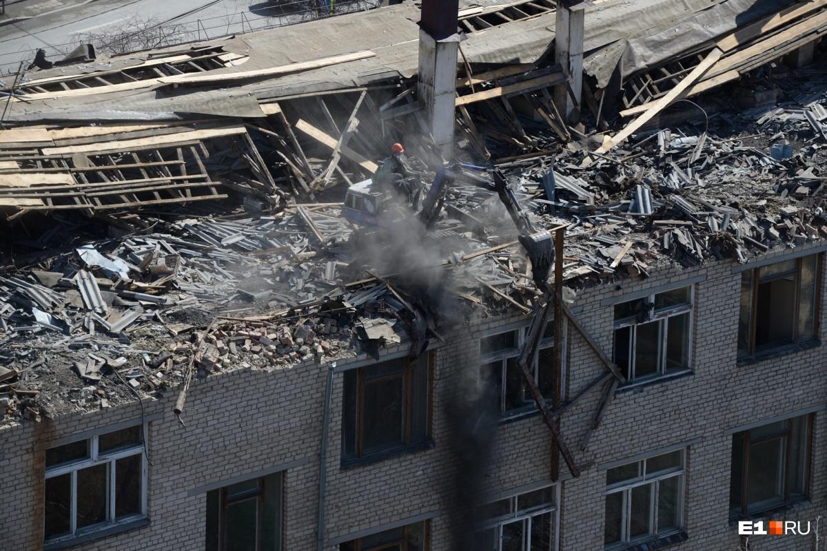 Строители разрушают крышу