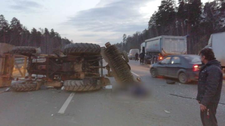На Серовском тракте фура протаранила трактор, ехавший поперек дороги. От удара водитель погиб