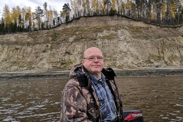 Николай Щербаковпропал четыре дня назад. Спецслужбы только в первые дни обследовали дно реки, основная работа по поискам осуществляется силами сына рыбака. В день пропажи мужчина был в этой же одежде, что на фото