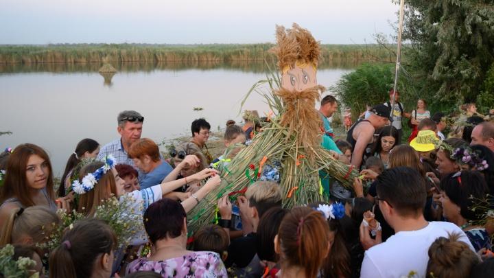 Обряды, танцы и сжигание чучела: день Ивана Купалы отметили в Ростовской области