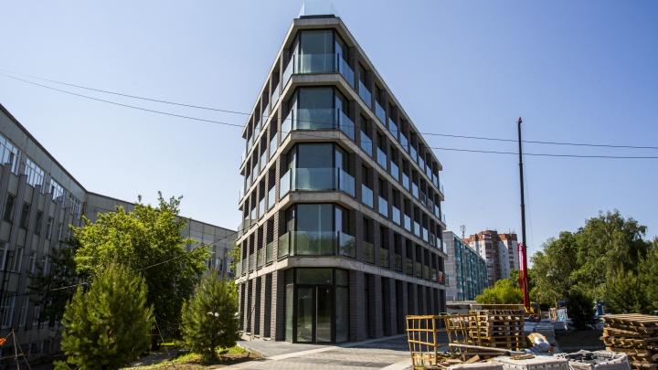 В Новосибирске построили дом-утюг со стеклянной крышей