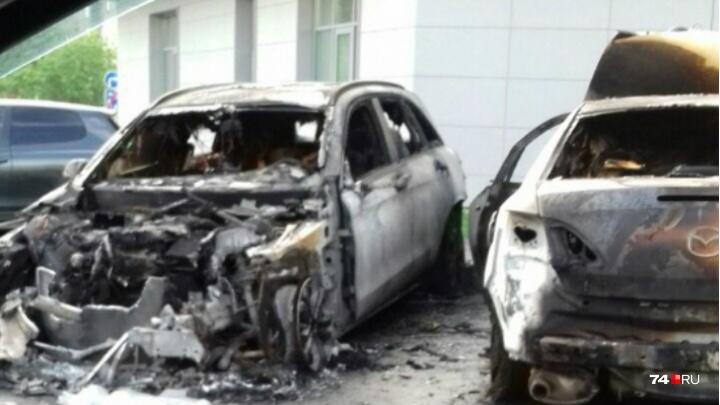 Во дворе высотки на Северо-Западе Челябинска сгорели две иномарки