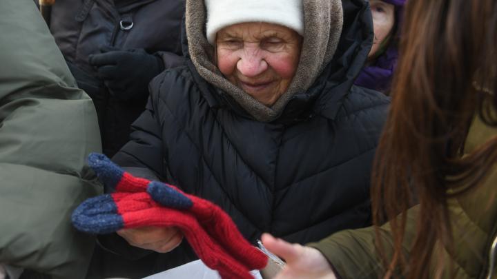 Волонтеры связали и подарили старикам с Уралмаша варежки и шапки: трогательный фоторепортаж