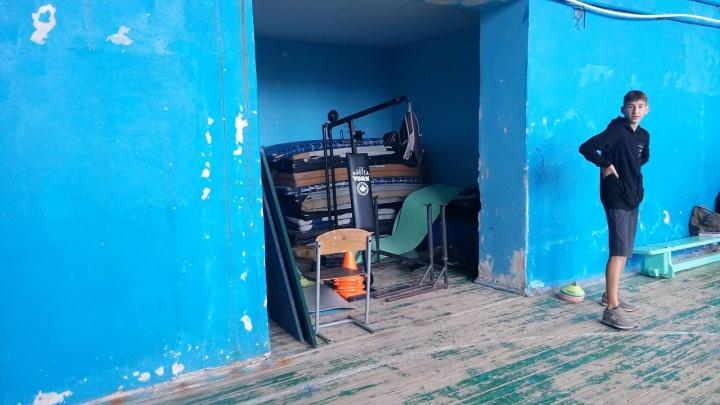 «У нас хуже, чем на Украине»: администрация Волгограда отбивается от ремонта школы №73