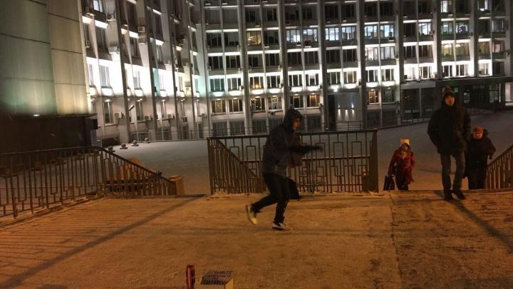 Парень показал необычный танец прохожим ради шаурмы