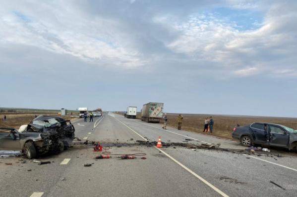 Тела погибших извлекали из машин спасатели