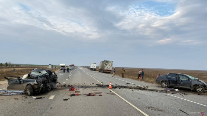 Под Волгоградом в лобовом столкновении легковушек из Дагестана и Москвы погибли трое человек
