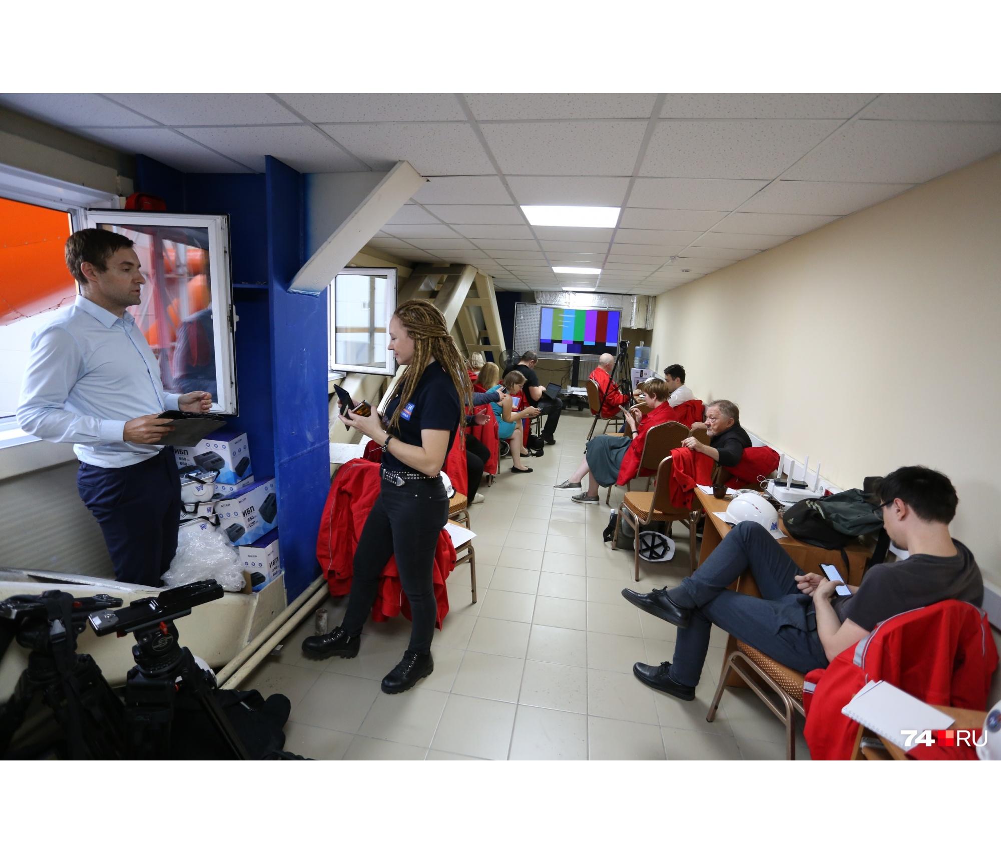 В тесном пресс-центре региональные журналисты томятся уже несколько часов