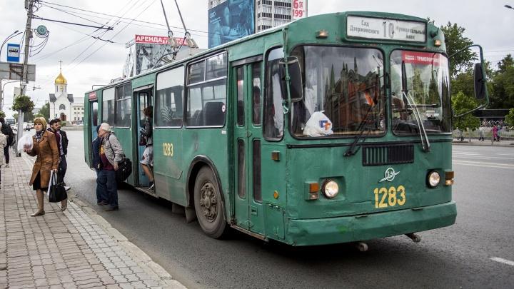 Кондуктор не смогла найти сдачу со 100 рублей и выкинула пассажирку из троллейбуса