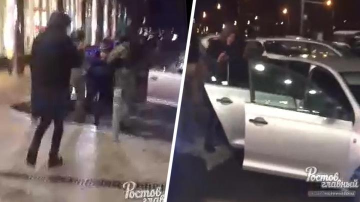 Неудачная шутка: в Ростове скрутили и затолкали в машину мужчину
