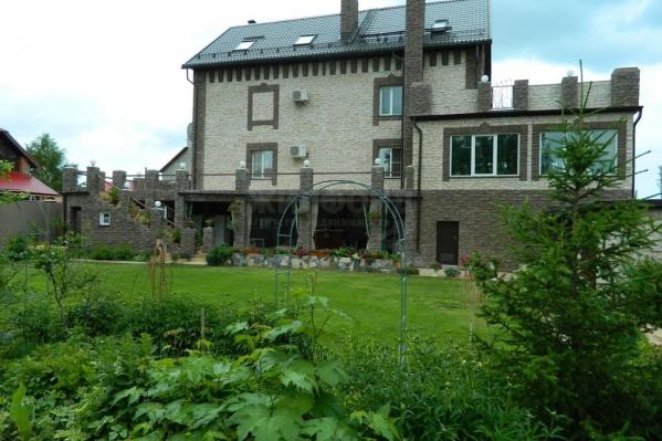 К настоящему замку с каминным залом и винным погребом прилагается участок с фруктовым садом