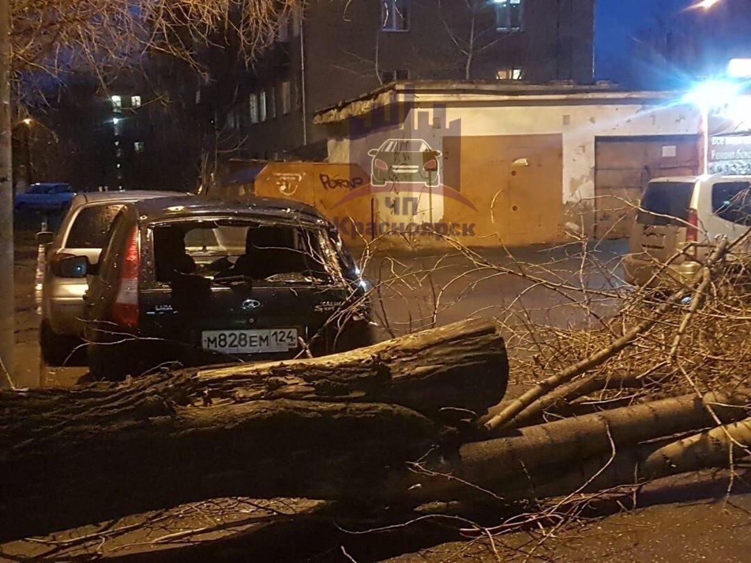 Пострадали и другие машины, припаркованные рядом: у «Калины» разбито заднее стекло