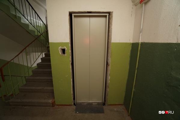 Сейчас в доме меняют лифты