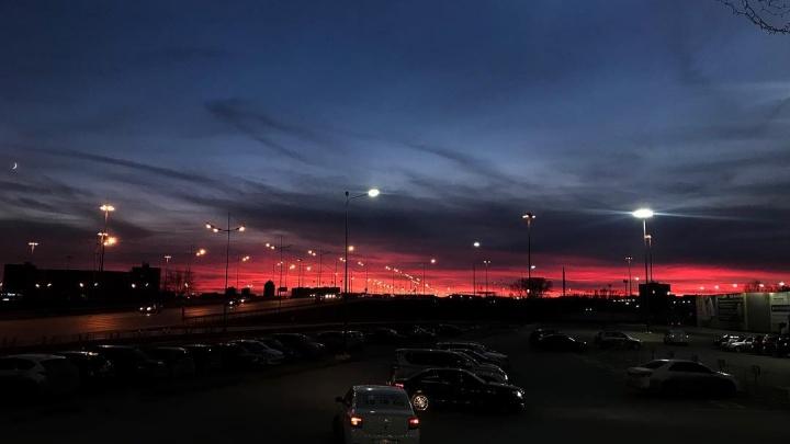 Пожар в небе: смотрим 20 кадров огненного заката в Тюмени