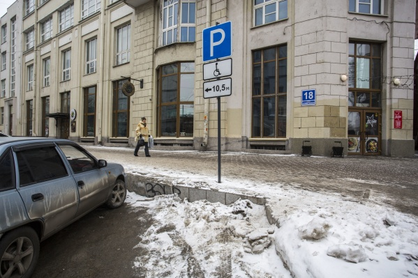"""Инспекторы уже эвакуировали несколько автомобилей, которые припарковались у здания <nobr class=""""_"""">№ 18</nobr> на Советской"""