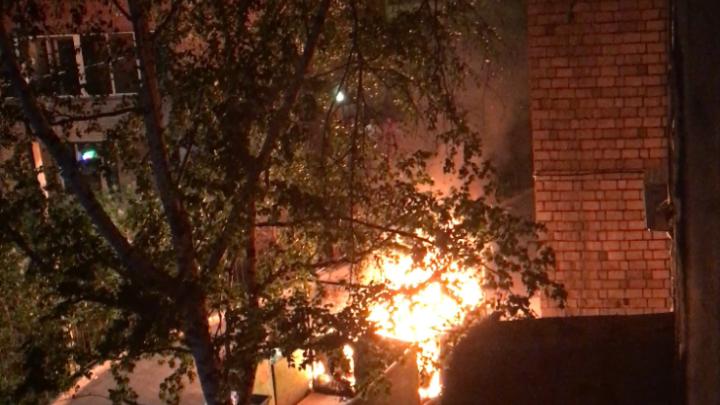 Жителей девятиэтажки на Свободном напугали горящие мусорные баки
