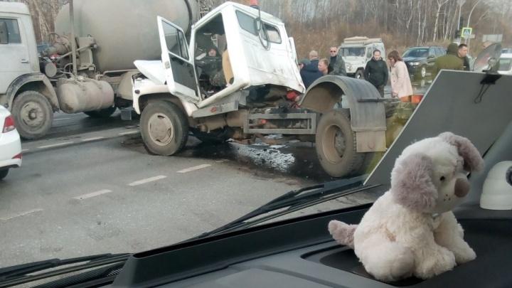 Массовое ДТП на объездной, автопожар в Антипино и авария с машиной полиции: дорожные видео недели
