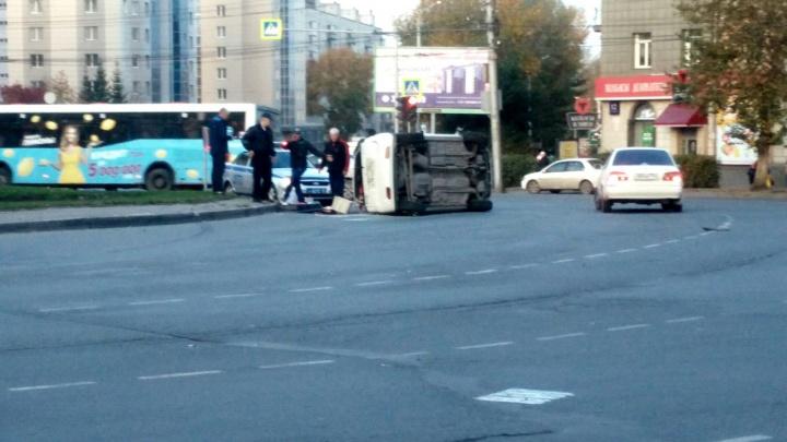 Попавшая в ДТП машина легла на бок на площади Станиславского
