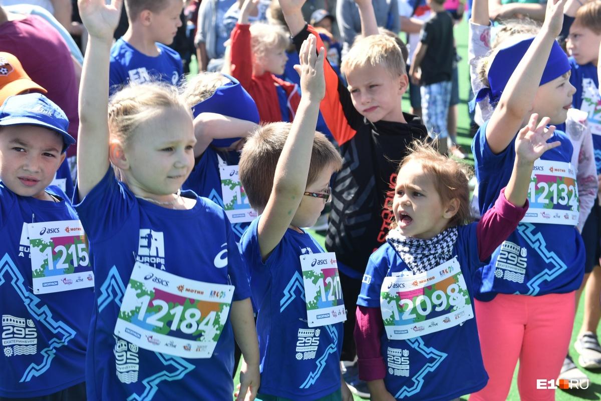 «Бежали» в колясках и на руках у родителей: смотрим, как дети справились с марафоном «Европа-Азия»