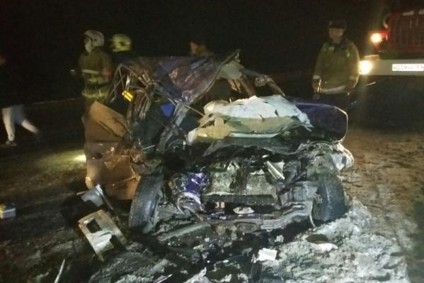 Спасателям пришлось срезать двери и стойки авто, чтобы вытащить погибшего
