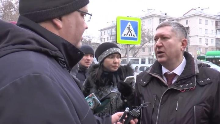 """Странный """"кирпич"""" и хаос: чиновник мэрии в прямом эфире объяснил схему движения на Малышева - Гагарина"""