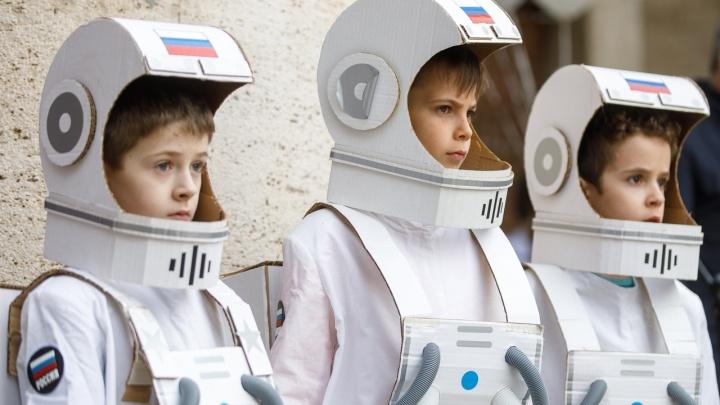 «Супостаты-американцы хотят полететь в космос»: День космонавтики отметили в Волгограде — яркие фото