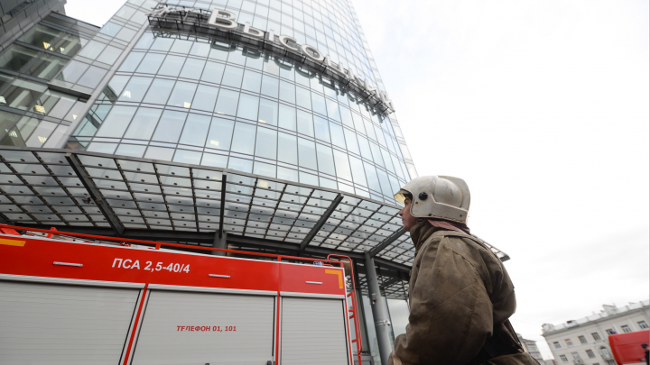 Людей пускают обратно в небоскреб: хроника пожара в «Высоцком»