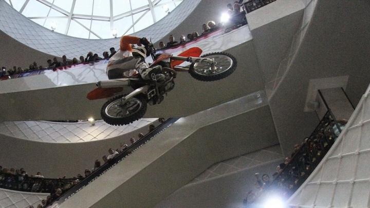В Екатеринбурге впервые прошли гонки велосипедистов и мотоциклистов по торговому центру
