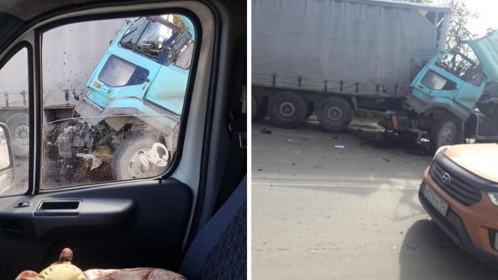 ДТП с грузовиками заблокировало выезд из Новосибирска: Ордынское шоссе встало в пробку