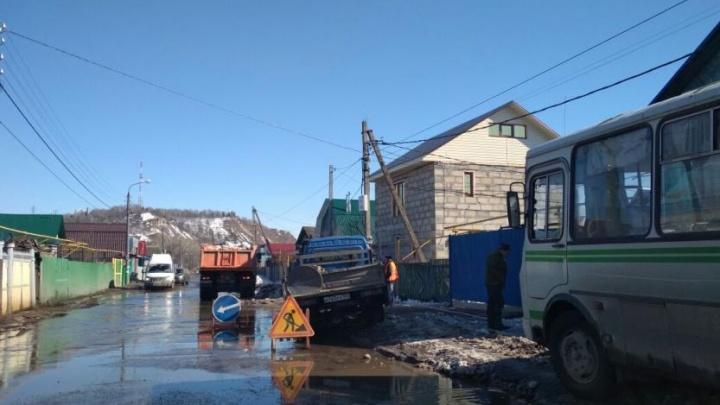 Талые воды превратили улицу в Уфе в бурную реку