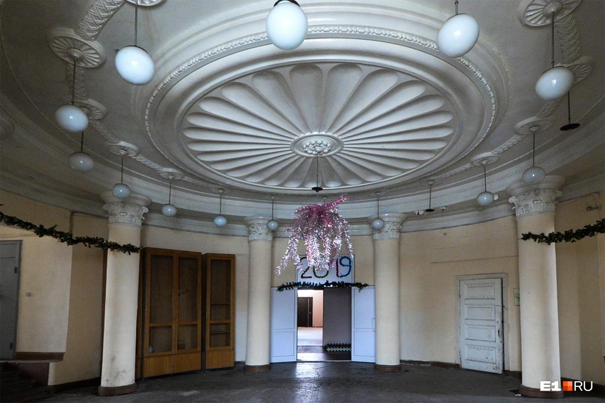 Здесь красивый круглый холл с колоннами. В помещении еще остались праздничные украшения. Судя по всему, холл украшала охрана