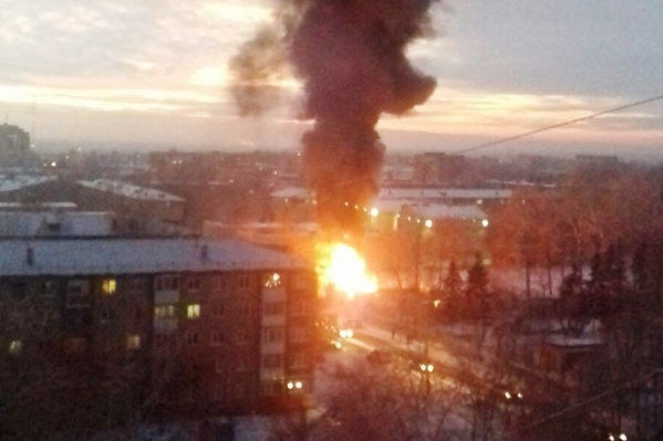 Столб дыма поднялся выше пятиэтажных домов