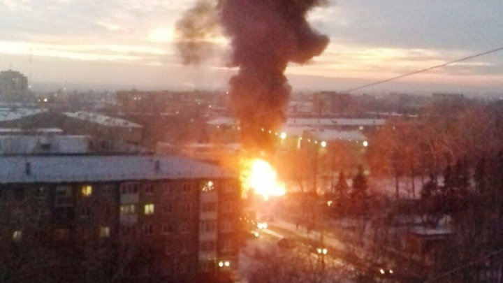 В Нефтяниках горели полиэтиленовые трубы. Столб пламени оказался огромным