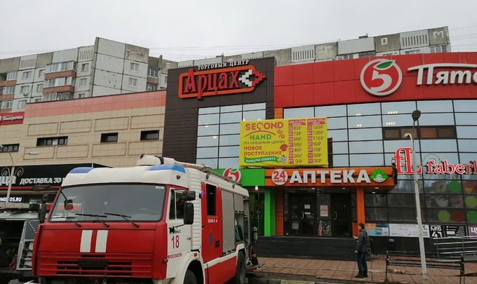 С цокольного этажа повалил едкий дым: в Ярославле из торгового центра эвакуировали 100 человек
